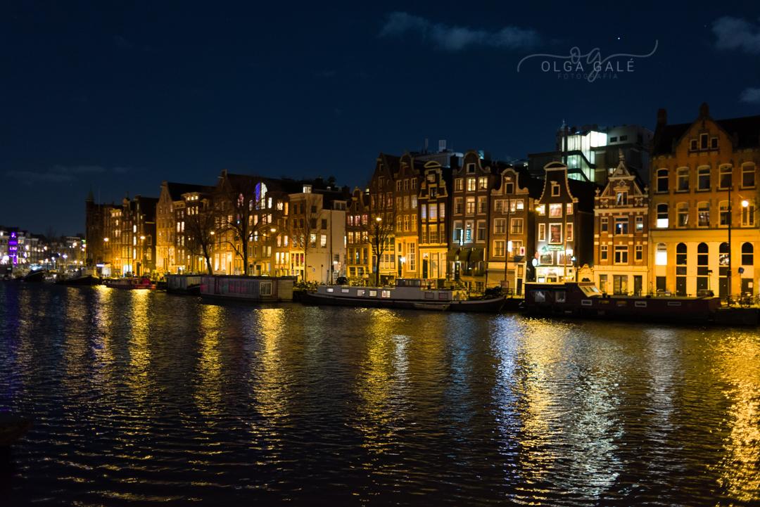 Casas frente a un canal en Amsterdam